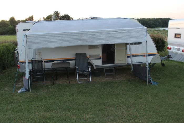 Campingvogn med 2 køjer og dobbeltseng