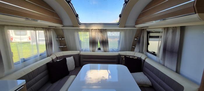 Stor luksusvogn Adria Adora 593 uk med stort fortelt