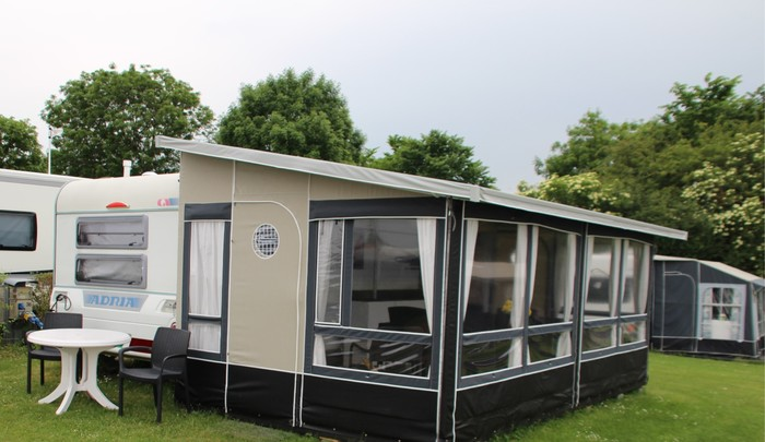 Dejlig nyere campingvogn med Isabella Villa Fortelt